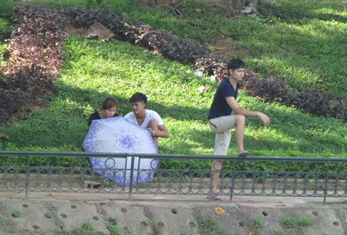 Nam thanh, nữ tú rủ nhau vào vườn thú trốn nắng nóng 12