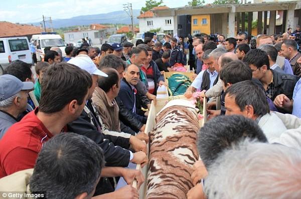 Đám tang tập thể đẫm nước mắt của gần 300 thợ mỏ Thổ Nhĩ Kỳ 8