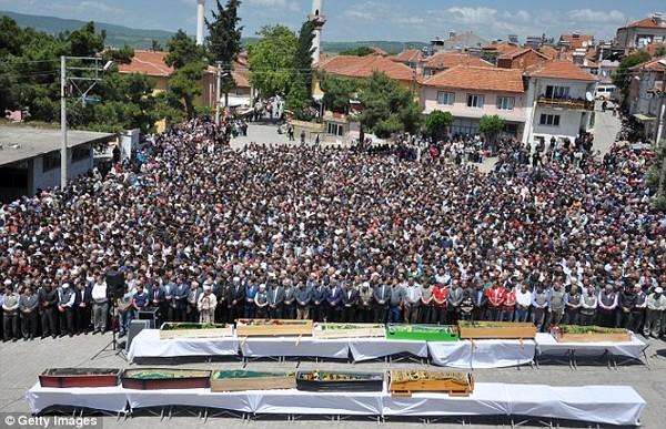 Đám tang tập thể đẫm nước mắt của gần 300 thợ mỏ Thổ Nhĩ Kỳ 7