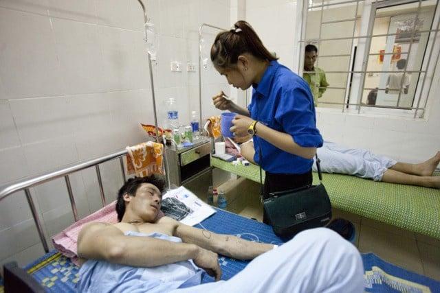 Cảm động tình nguyện viên chăm sóc công nhân Trung Quốc bị thương 7