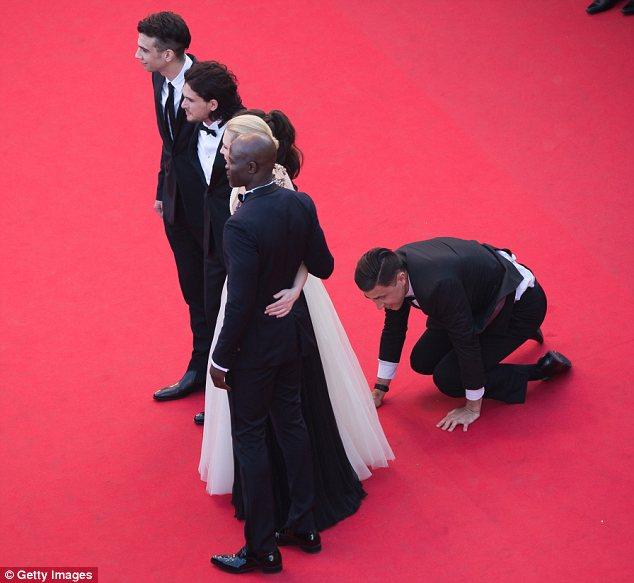 Sốc: Sao nữ bị một người đàn ông lạ chui vào đầm trên thảm đỏ 6