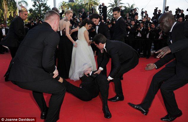 Sốc: Sao nữ bị một người đàn ông lạ chui vào đầm trên thảm đỏ 7