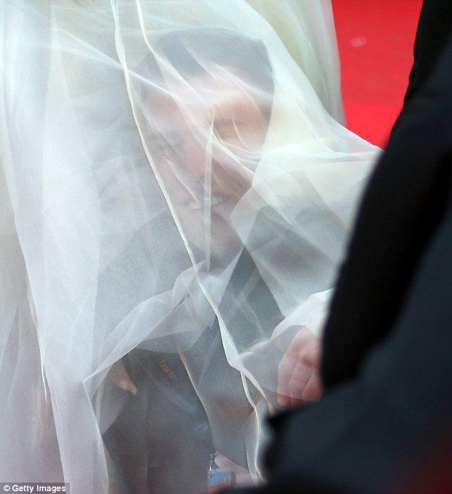 Sốc: Sao nữ bị một người đàn ông lạ chui vào đầm trên thảm đỏ 11
