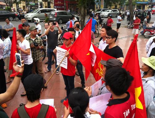 Một tuần đầy sắc đỏ: Người dân Việt Nam khắp nơi hướng về biển đảo Tổ quốc 2