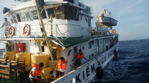 Trung Quốc đâm vỡ tàu kiểm ngư VN, Âu–Mỹ lên tiếng  6