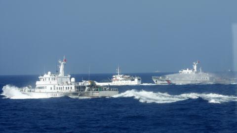 Trung Quốc đâm vỡ tàu kiểm ngư VN, Âu–Mỹ lên tiếng  7