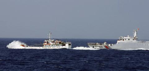 Trung Quốc đâm vỡ tàu kiểm ngư VN, Âu–Mỹ lên tiếng  8