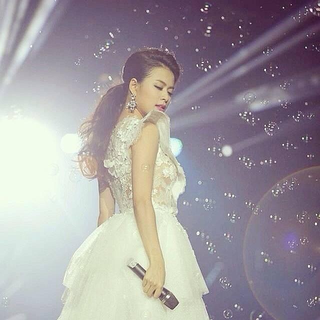 Hoàng Thùy Linh quyến rũ với váy ren xuyên thấu 7