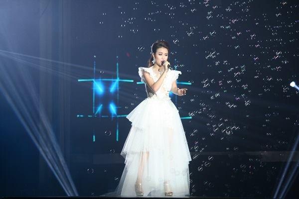 Hoàng Thùy Linh quyến rũ với váy ren xuyên thấu 8