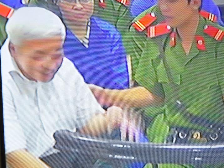 Chùm ảnh: Nụ cười rạng rỡ của vợ chồng bầu Kiên tại tòa 12