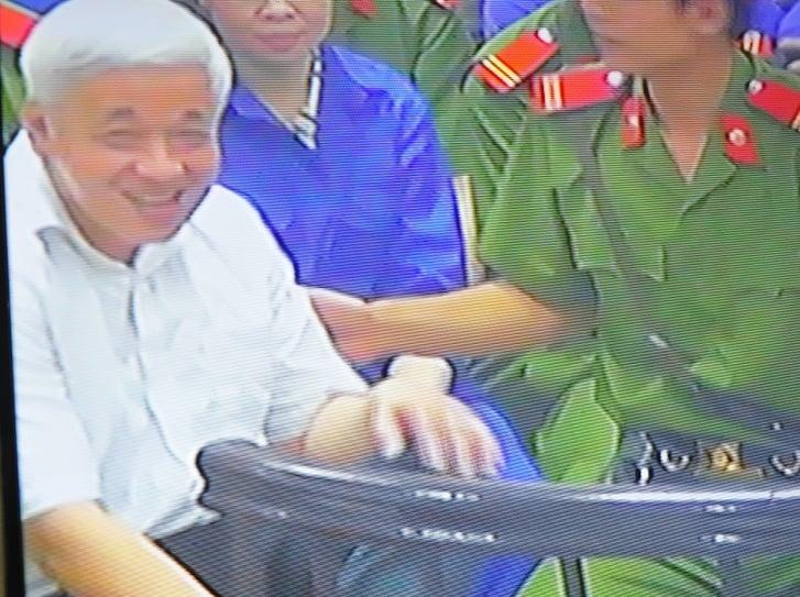 Chùm ảnh: Nụ cười rạng rỡ của vợ chồng bầu Kiên tại tòa 13