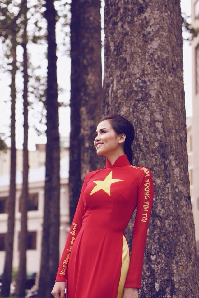 Hoa hậu Diễm Hương tạo ấn tượng đẹp với áo dài màu cờ Việt Nam 9