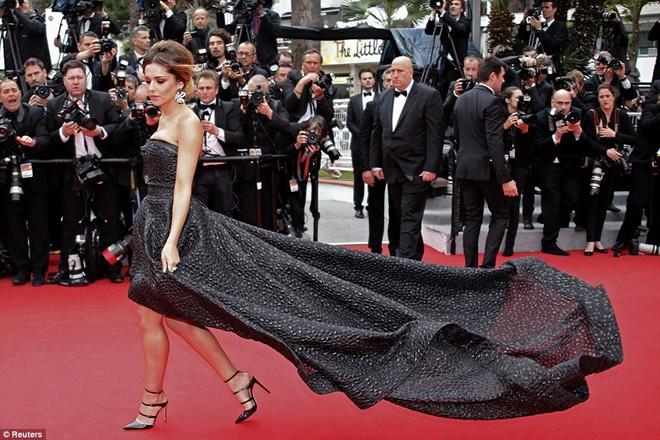 Mỹ nhân bị tốc váy trên thảm đỏ Cannes 2014 9