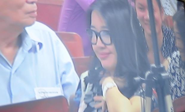 Chùm ảnh: Nụ cười rạng rỡ của vợ chồng bầu Kiên tại tòa 9