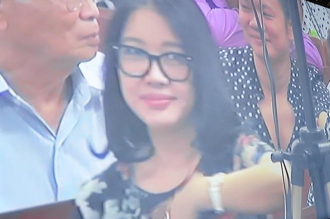 Chùm ảnh: Nụ cười rạng rỡ của vợ chồng bầu Kiên tại tòa 10