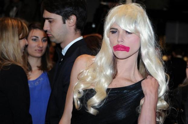 Người mẫu nữ để ngực trần gây náo loạn thảm đỏ Cannes 6