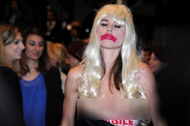 Người mẫu nữ để ngực trần gây náo loạn thảm đỏ Cannes 7