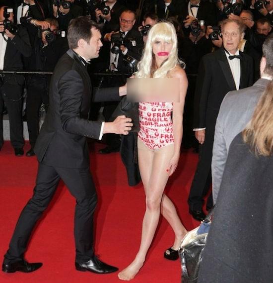 Người mẫu nữ để ngực trần gây náo loạn thảm đỏ Cannes 8