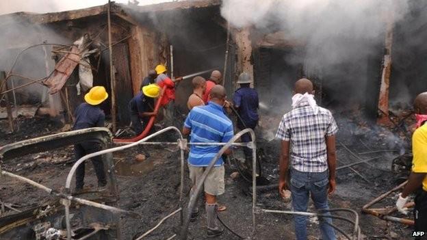 Tang thương hiện trường vụ nổ bom kép khiến 118 người chết ở Nigeria 6