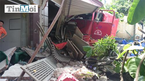 """""""Xe điên"""" gây tai nạn liên hoàn rồi lao thẳng vào nhà dân 7"""