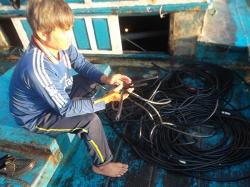 Cận cảnh tàu ngư dân Việt Nam bị tàu Trung Quốc tấn công 6