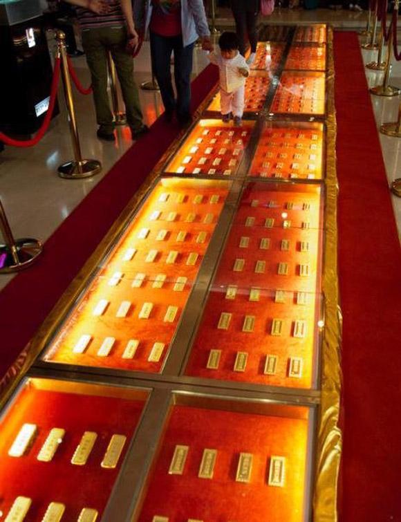 Choáng vụ lót 500 kg vàng miếng làm... đường đi bộ 4