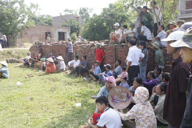 Clip: Hàng trăm người xem dựng lại hiện trường vụ án Nguyễn Thanh Chấn 7