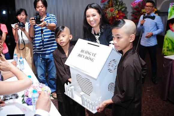 Phi Nhung cùng con nuôi đi quyên góp cho quỹ Biển Đông 6