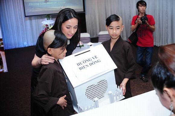Phi Nhung cùng con nuôi đi quyên góp cho quỹ Biển Đông 7