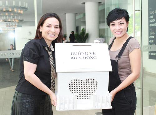 Phi Nhung cùng con nuôi đi quyên góp cho quỹ Biển Đông 10