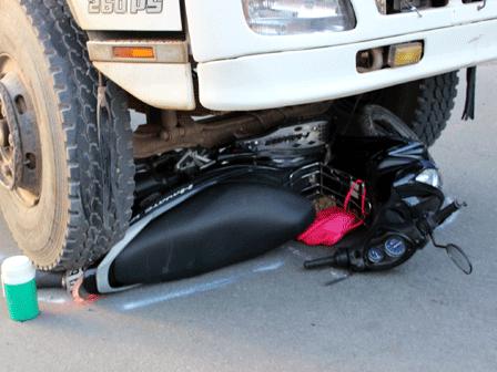 Thoát chết dưới gầm xe tải vì lăn nhiều vòng vào lề đường 4