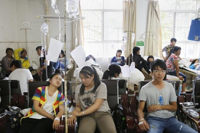 Chùm ảnh: Hơn 100 học sinh Trung Quốc nhập viện nghi ngộ độc thực phẩm 6