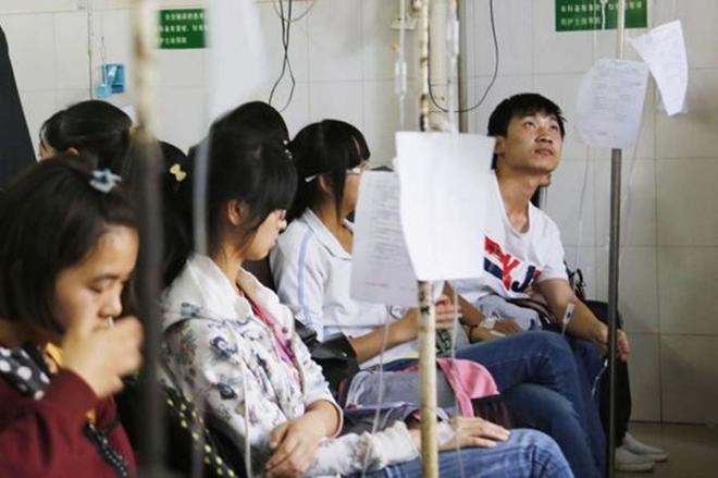 Chùm ảnh: Hơn 100 học sinh Trung Quốc nhập viện nghi ngộ độc thực phẩm 7