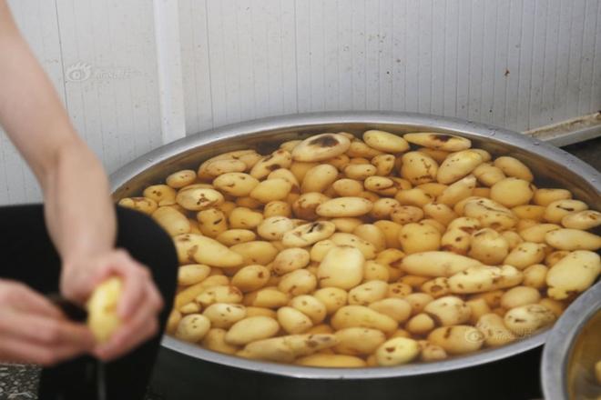 Chùm ảnh: Hơn 100 học sinh Trung Quốc nhập viện nghi ngộ độc thực phẩm 10