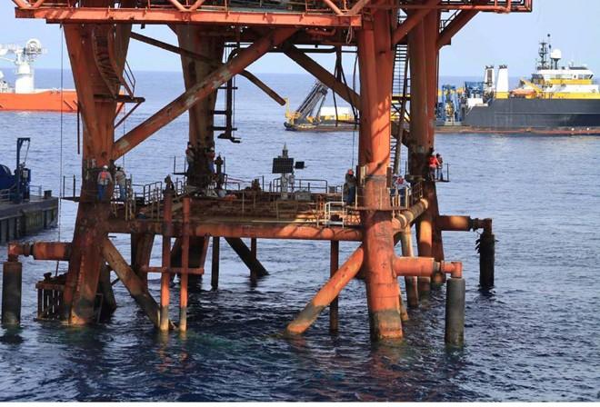 Cận cảnh quá trình tháo dỡ giàn khoan trên biển 8