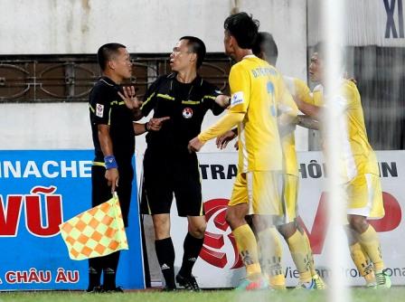 VFF thuê trọng tài ngoại cầm còi ở V-League 5
