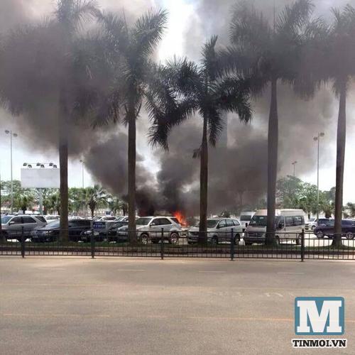 Ô tô bốc cháy ngùn ngụt ở sân bay Nội Bài 6