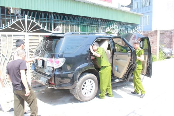 Khám xét chiếc ô tô BKS: 15A-117.09 có chứa ma túy của tên Minh