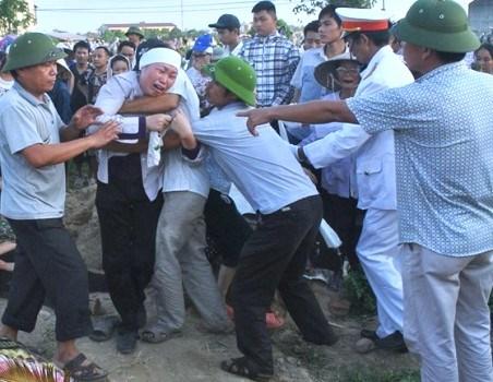 Hàng trăm người dân rơi lệ trong đám tang vợ chồng chủ hiệu cầm đồ 8