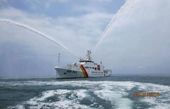 Thủ tướng Nguyễn Tấn Dũng thị sát tàu kiểm ngư lớn nhất Đông Nam Á 5