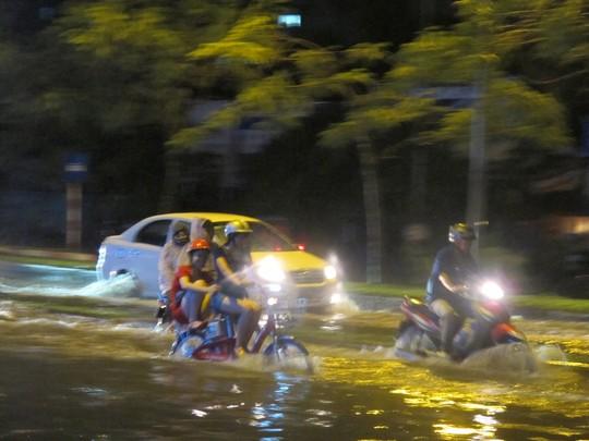 Cận cảnh đường phố Hà Nội sau trận mưa dông kinh hoàng