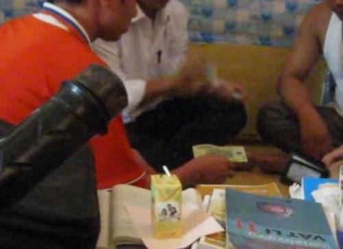 Bốn thầy giáo chơi bài ăn tiền khi đi tuyển sinh 5