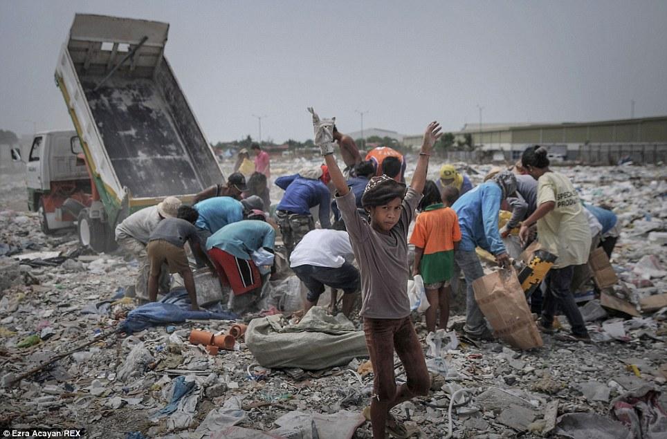 Cận cảnh cuộc sống trong bãi rác khổng lồ 19