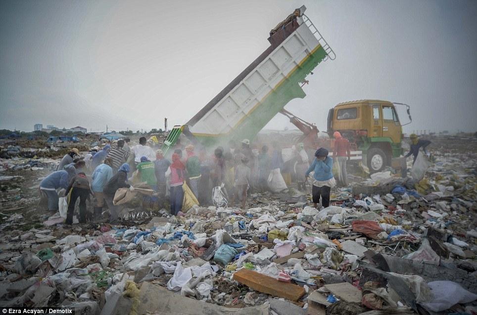 Cận cảnh cuộc sống trong bãi rác khổng lồ 8