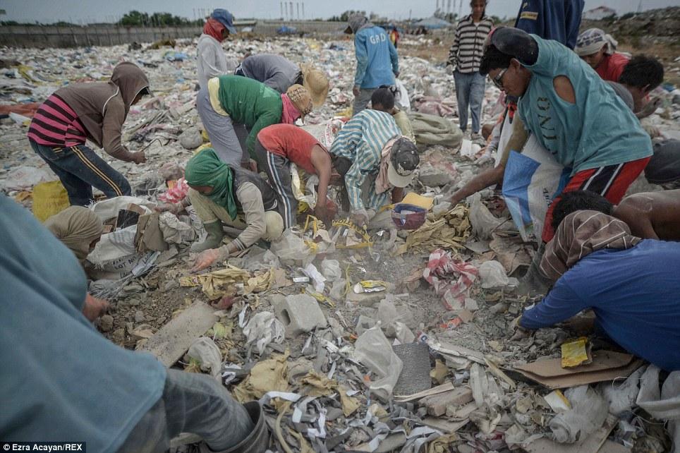 Cận cảnh cuộc sống trong bãi rác khổng lồ 10