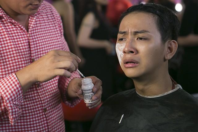 Hoài Lâm khốn khổ vì say trầu và keo hóa trang 6