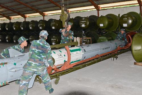 Lính phòng không tập luyện lắp đầu đạn tên lửa 4