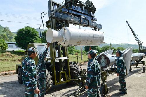Lính phòng không tập luyện lắp đầu đạn tên lửa 7