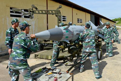 Lính phòng không tập luyện lắp đầu đạn tên lửa 8