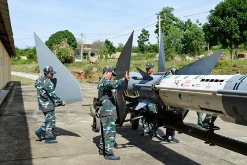Lính phòng không tập luyện lắp đầu đạn tên lửa 9